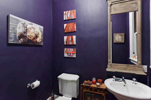 Half bath with bold decor. Photo: Nicole Neuefeind / nicneu studio